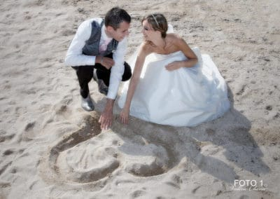 mariés coeur sur le sable à la plage