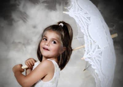 Pose de star d'une petite fille avec son ombrelle